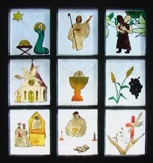 Vitraux réalisés par des enfants; ils sont placés à l'honneur sur la porte d'entrée de la chapelle des Ouvriers de Paix