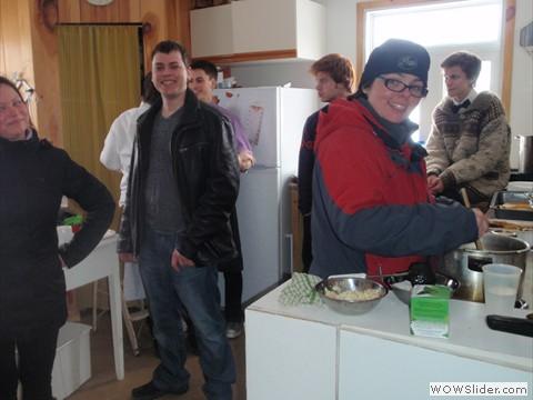 Dans la cuisine à la Soukkah